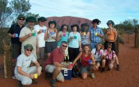 reisegruppe beim sunset am uluru